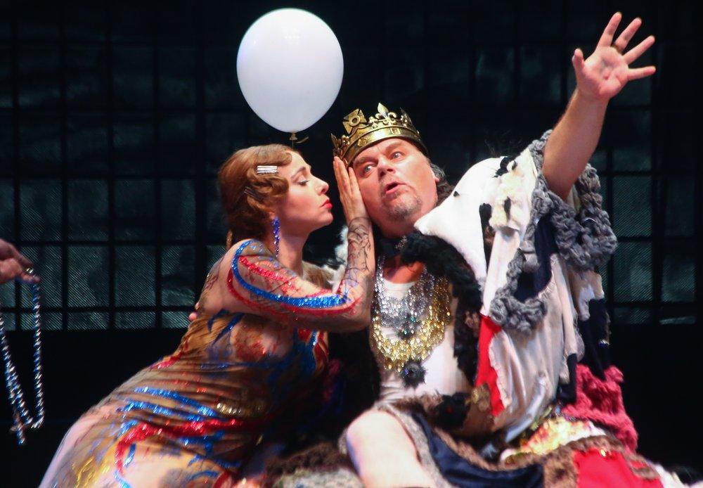 На что сходить в театр в новогодние выходные: спектакли «повышенной легкости»