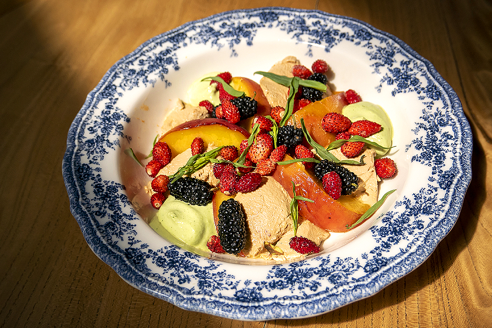 Летнее меню: ягоды на завтрак в «СибирьСибирь» и неожиданные встречи с черешней в «Угольке»