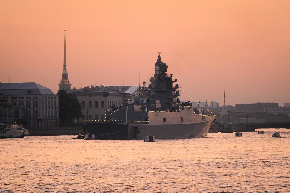 Боевые корабли на фоне петербургского рассвета: Лучшие фото репетиции парада на День ВМФ 2021