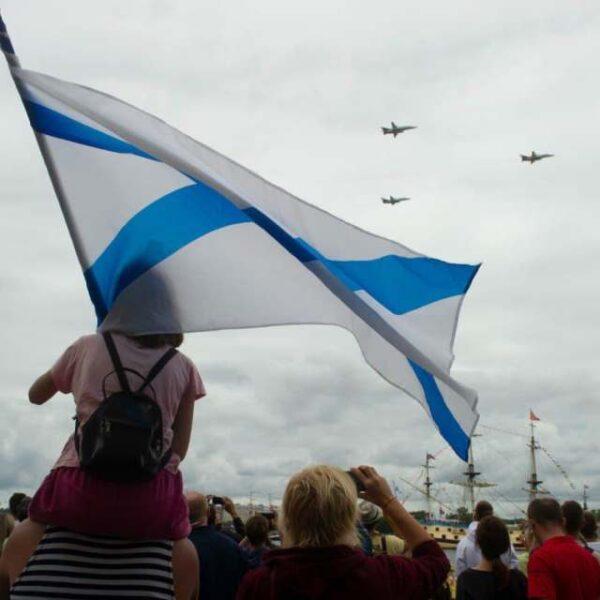 Лучшие фото Дня ВМФ: зрители на набережных и триколор в небе