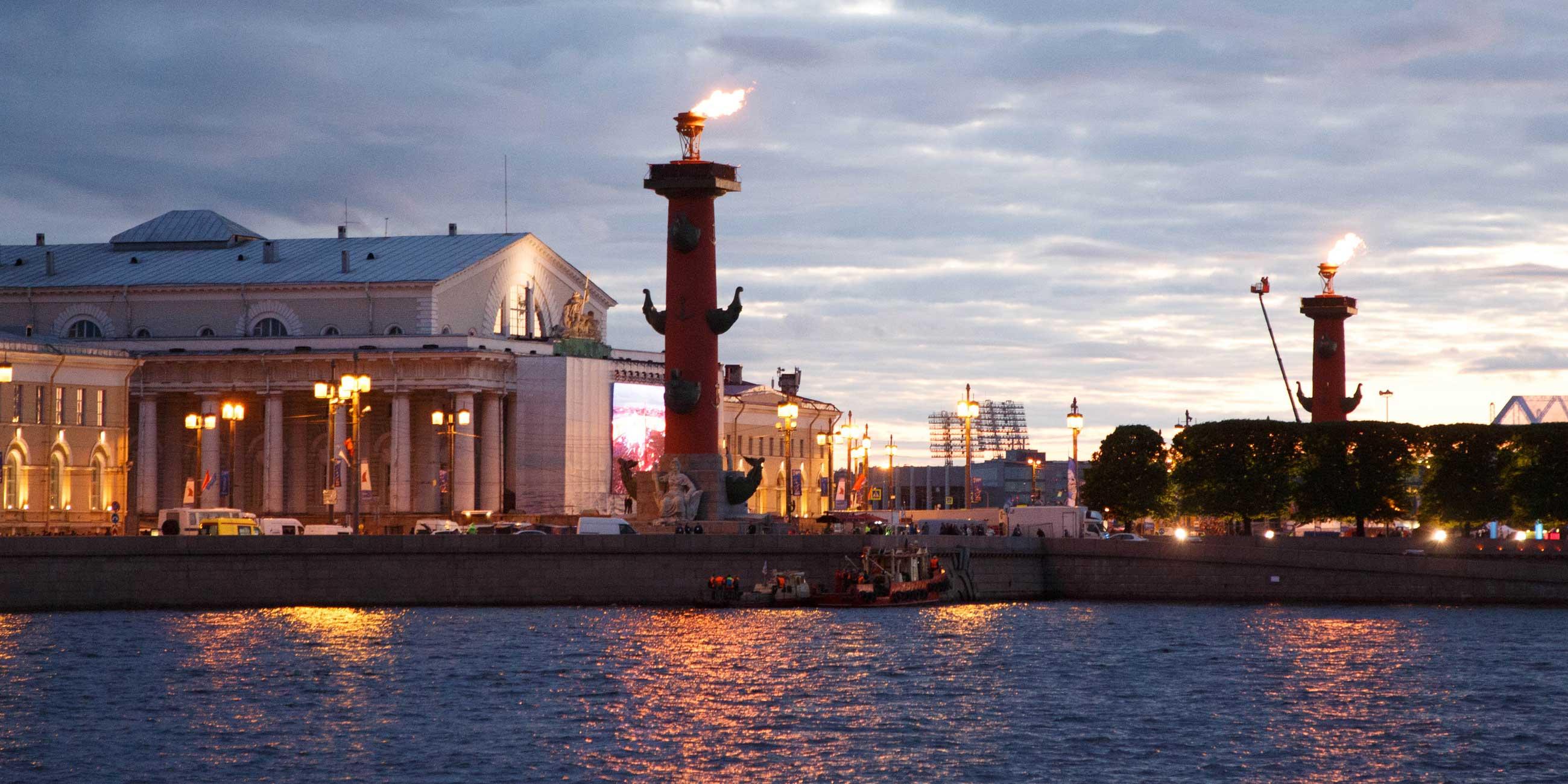 Огонь на Ростральных колоннах зажигают только по особым случаямФото: globallookpress.com