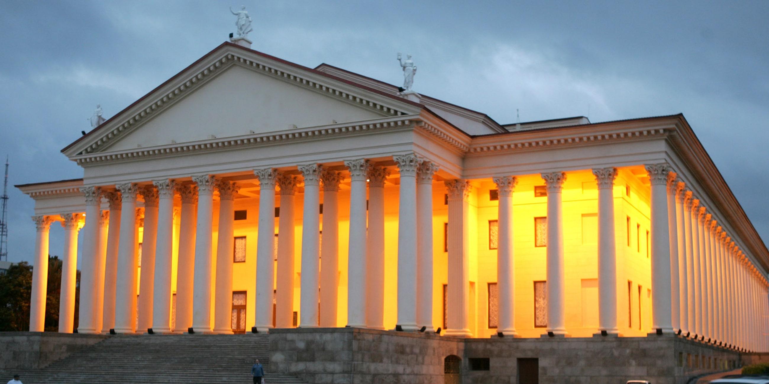 Вечером благодаря подсветке здание театра выглядит, как дворецФото: globallookpress.com