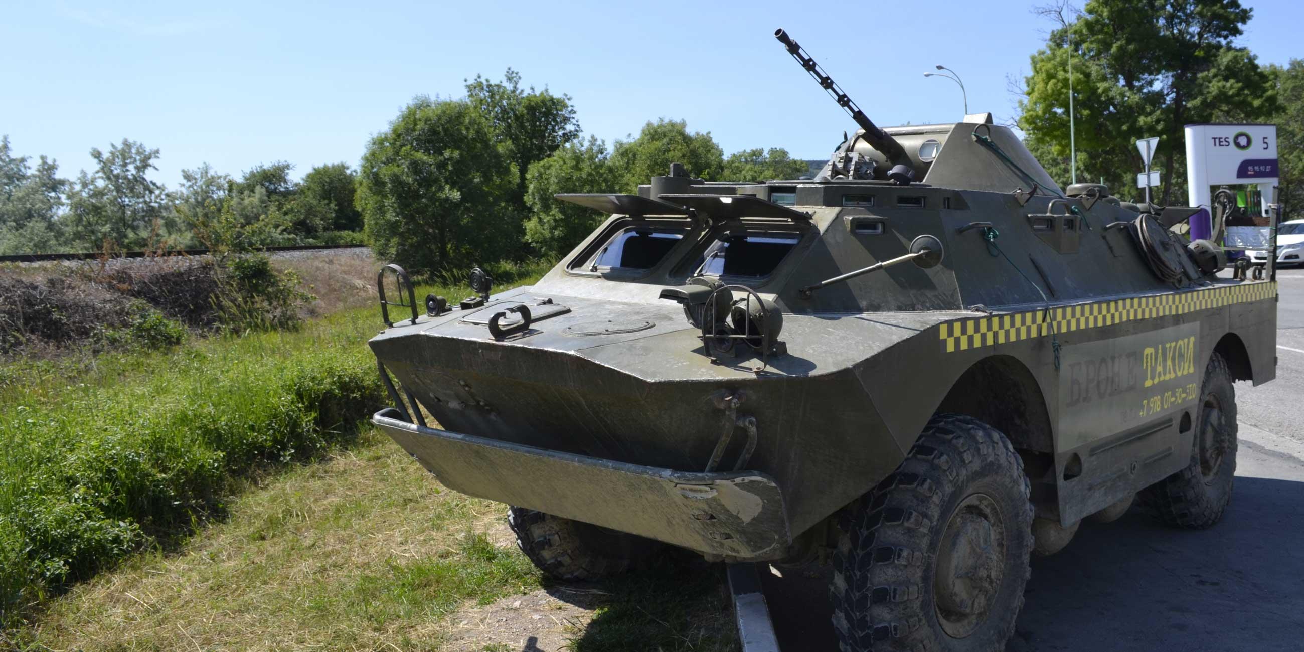 """По Севастополю можно проехаться на бронетакси - это настоящий танк, только с """"шашечками"""". Фото: Михаил БОЙЧУК,"""
