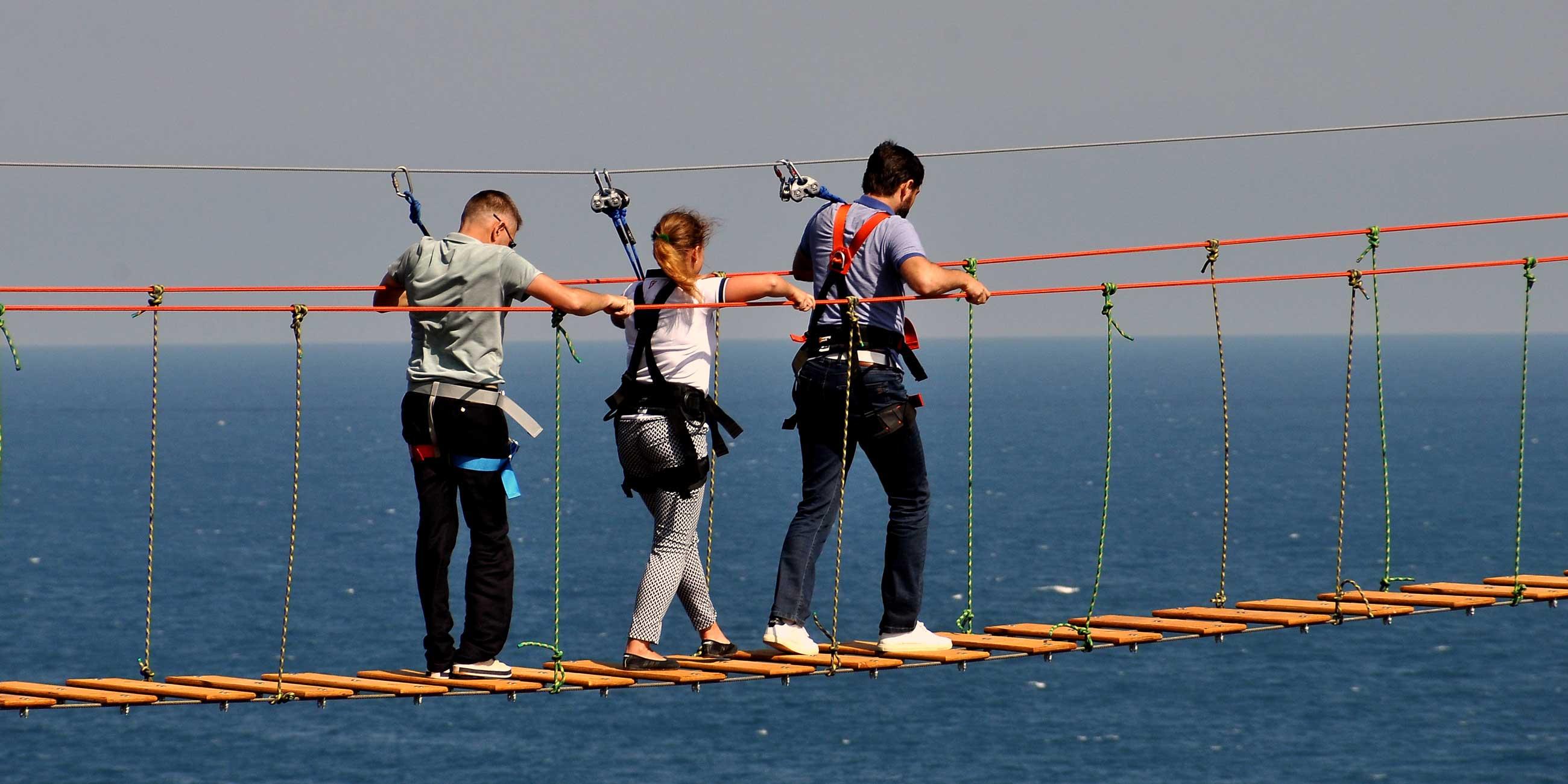 Пройтись по узкому веревочному мосту над пропастью - развлечение для экстремалов.Фото: Виталий ПАРУБОВ,
