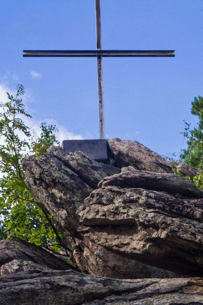 крест на горе церковка