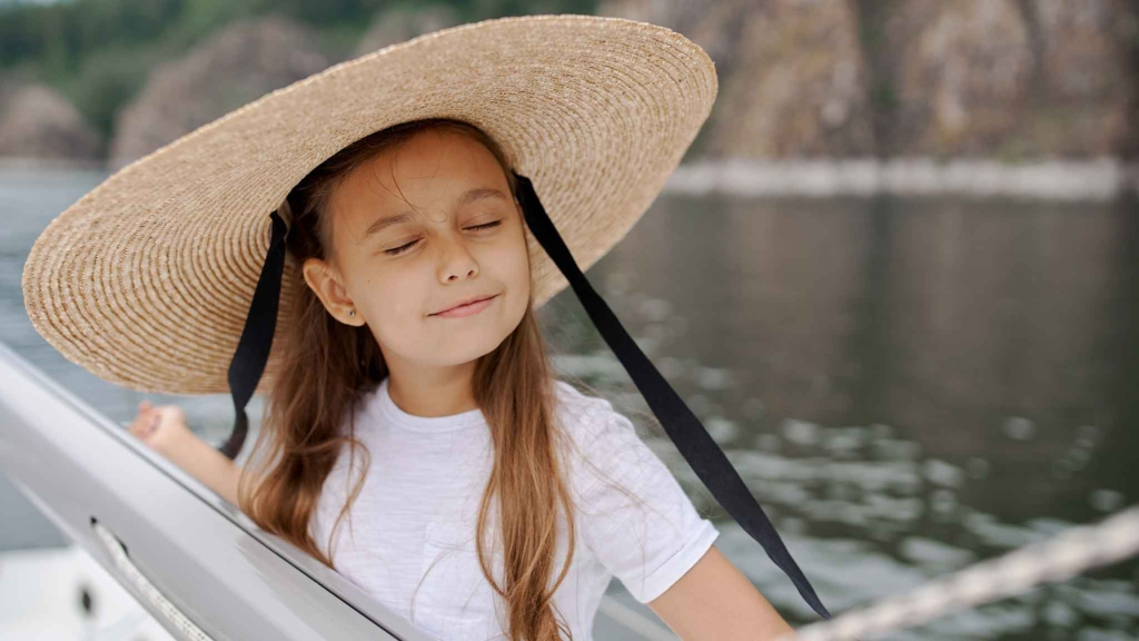 девочка на морской прогулке