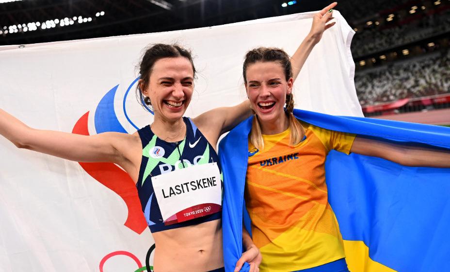 Российская прыгунья Мария Ласицкене вместе с украинкой Ярославой Могучих празднуют успех на Играх. Фото: Reuters