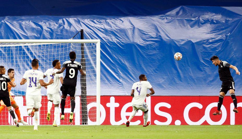 Нападающий «Шерифа» Джасурбек Яхшибоев отправляет мяч в ворота «Реала». Фото: Reuters